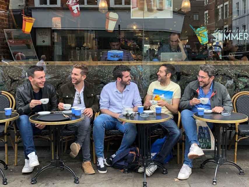 Junto a unos amigos en la hora del té inglesa.