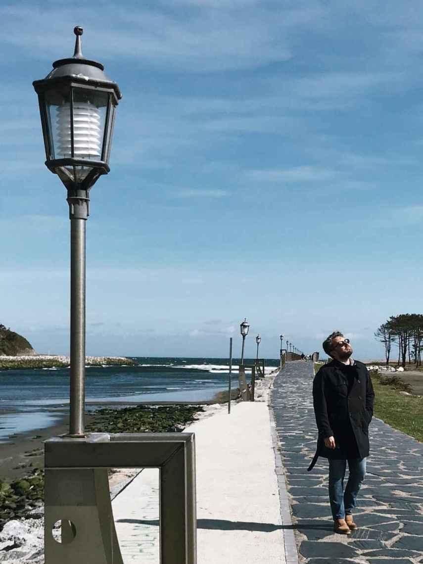 El náutico paisaje de Navia le acompañó a principios de mayo.