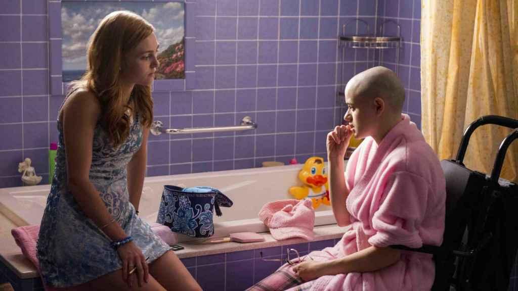A la izquierda Lacey (AnnaSophia Robb) y a la derecha Gypsy Blanchard (Joey King).