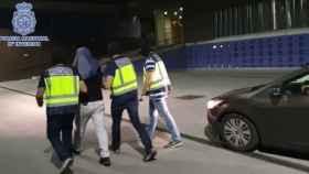 Momento en el que la Policía traslada al detenido en Santa Coloma de Gramanet.