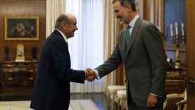 El rey Felipe VI saluda al diputado del Partido Regionalista de Cantabria (PRC) José María Mazón.