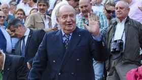 El rey Juan Carlos en la plaza de toros de Las Ventas este miércoles, saludando al público que lo ha recibido entre vítores.