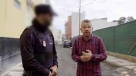El presentador Alberto Chicote junto al agente de la Policía.