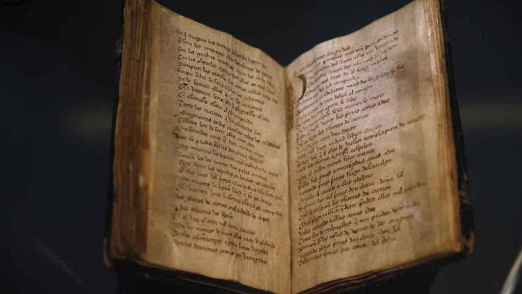 El Códice del Cantar del Mío Cid, uno de los grandes tesoros de la Biblioteca Nacional de España, en su vitrina.