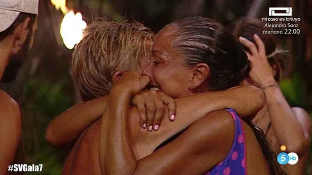 Isabel abrazada a Chelo