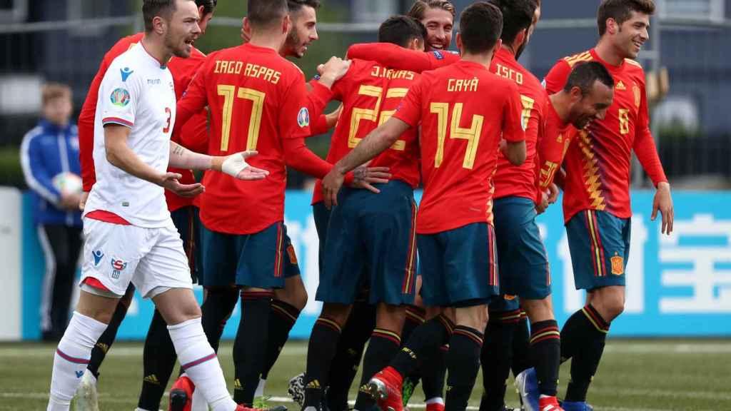 España celebra en piña el gol de Ramos contra Islas Feroe