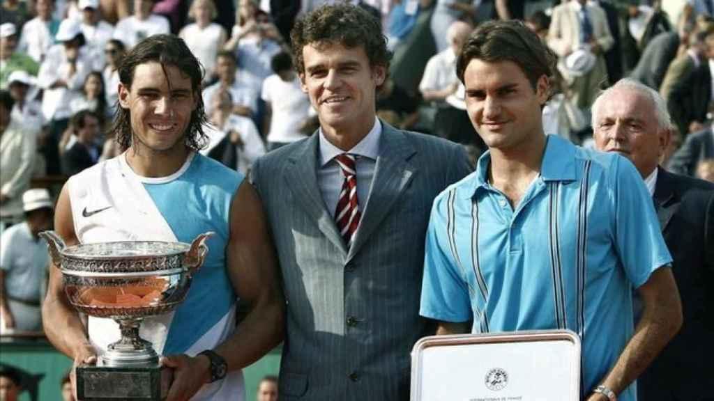 Guga Kuernte, junto a Nadal y Federer, en la ceremonia de campeones de Roland Garros 2007