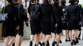 El gobierno japonés asegura que llevar tacones en el trabajo es necesario y apropiado.