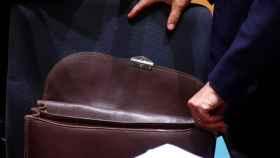 El ministro italiano de Finanzas, Giovanni Tria, abre su cartera en Bruselas.