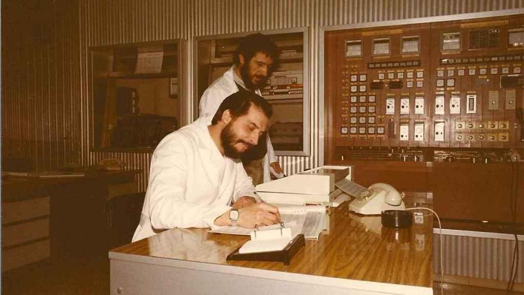 Técnicos trabajando en la central nuclear