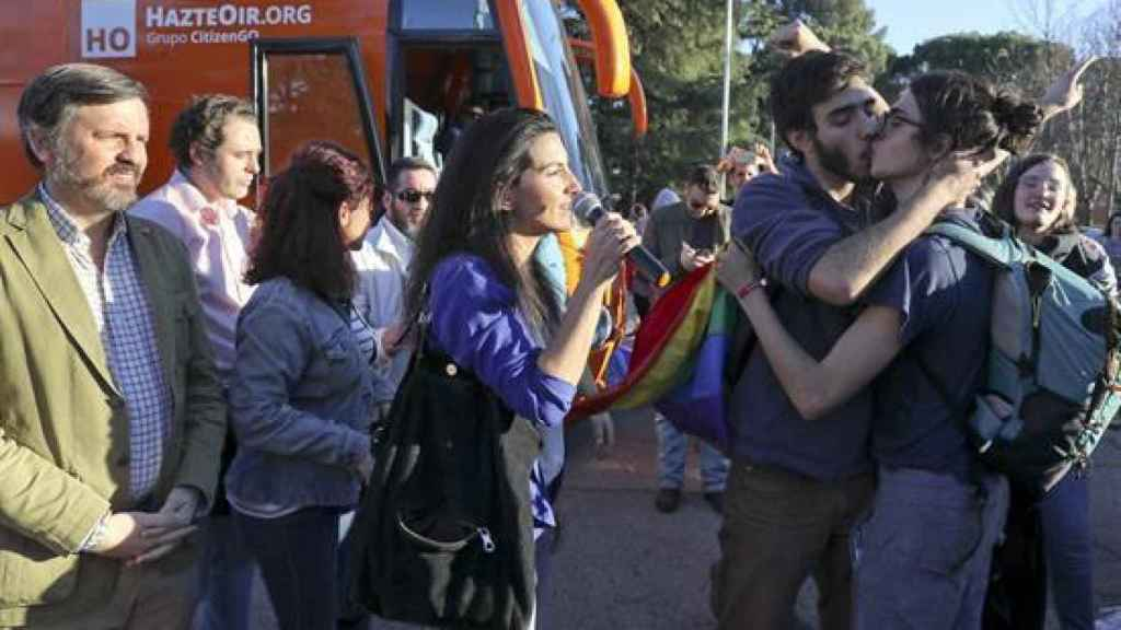 Dos estudiantes se besan frente a Rocío Monasterio, Ignacio Arsuaga y el autobús de Hazte Oír.