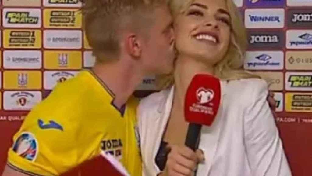 Zinchenko se 'marca' un Casillas: su beso a la reportera ucraniana tras ganar a Serbia