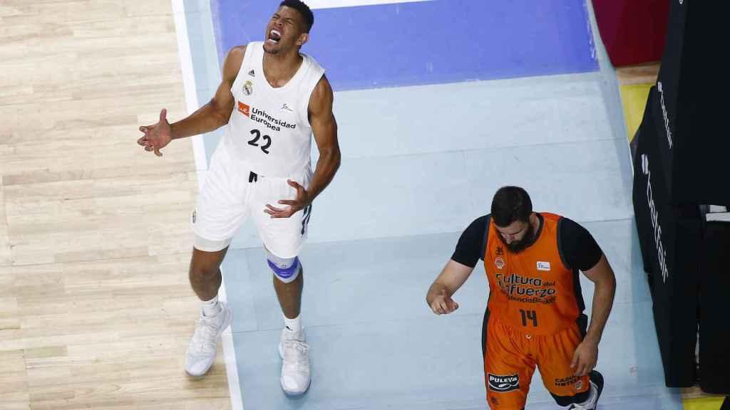 Tavares se lamenta en una acción ante el Valencia Basket