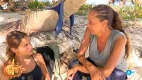 Isabel Pantoja y Mónica Hoyos durante su charla en 'Supervivientes'.