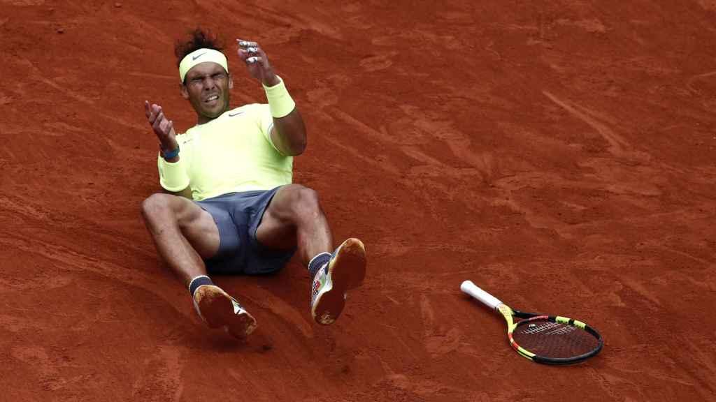 Rafael Nadal se tira al suelo tras el partido ante Dominic Thiem