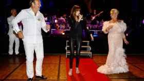 Félix Revuelta, Carla Bruni y Luisa Rodríguez, en la gran fiesta marbellí que reunió a 200 invitados vip.