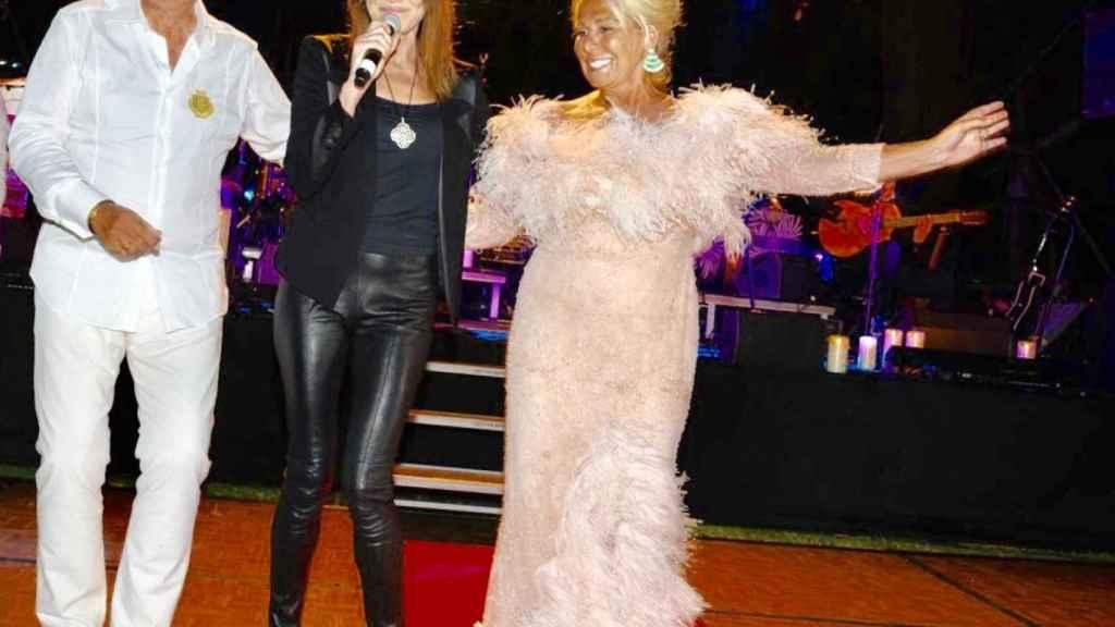 Félix Revuelta, Carla Bruni y Luisa Rodríguez, sobre el escenario en su fiesta de cumpleaños.
