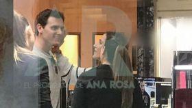 Momento de la caricia de Malú a Albert Rivera, en una imagen publicada por 'El programa de Ana Rosa'.