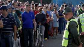 Miles de personas cruzando el puente entre Venezuela y Colombia.