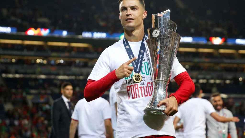 Cristiano Ronaldo con el trofeo de la UEFA Nations League