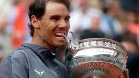 Nadal con el trofeo de Roland Garros