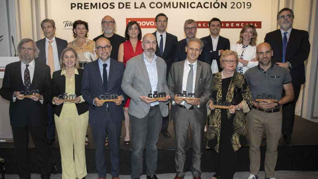 Foto de familia de los premiados en los primeros Premios de la Comunicación de Dircomfidencial.
