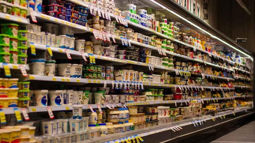 La estantería de un supermercado repleta de productos.