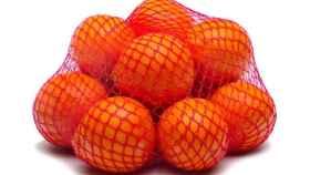 Unas naranjas metidas en su clásica malla roja.