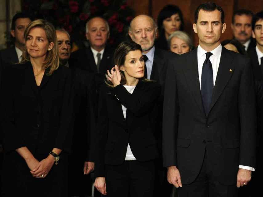 La infanta Cristina, Letizia y Felipe en un acto público en abril de 2010.