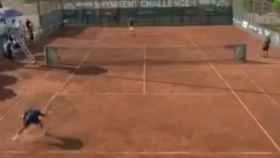 El tenista valenciano, Vilella, rompe su raqueta