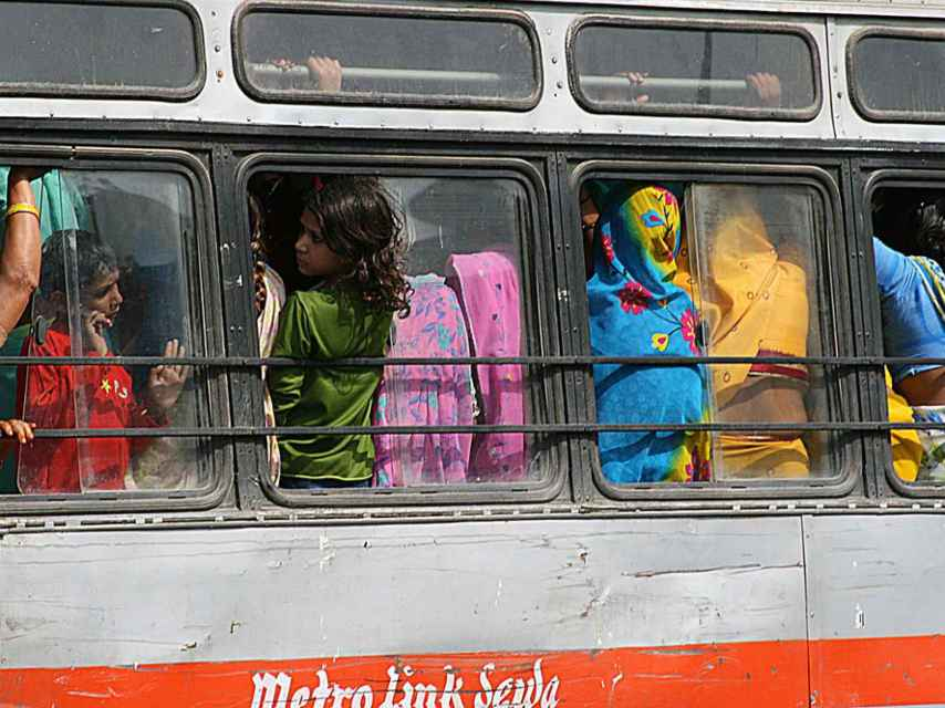 Mujeres indias en un autobús.