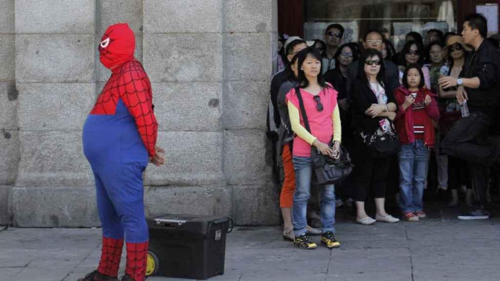 Un Spiderman ventrudo en la Puerta del Sol de Madrid.