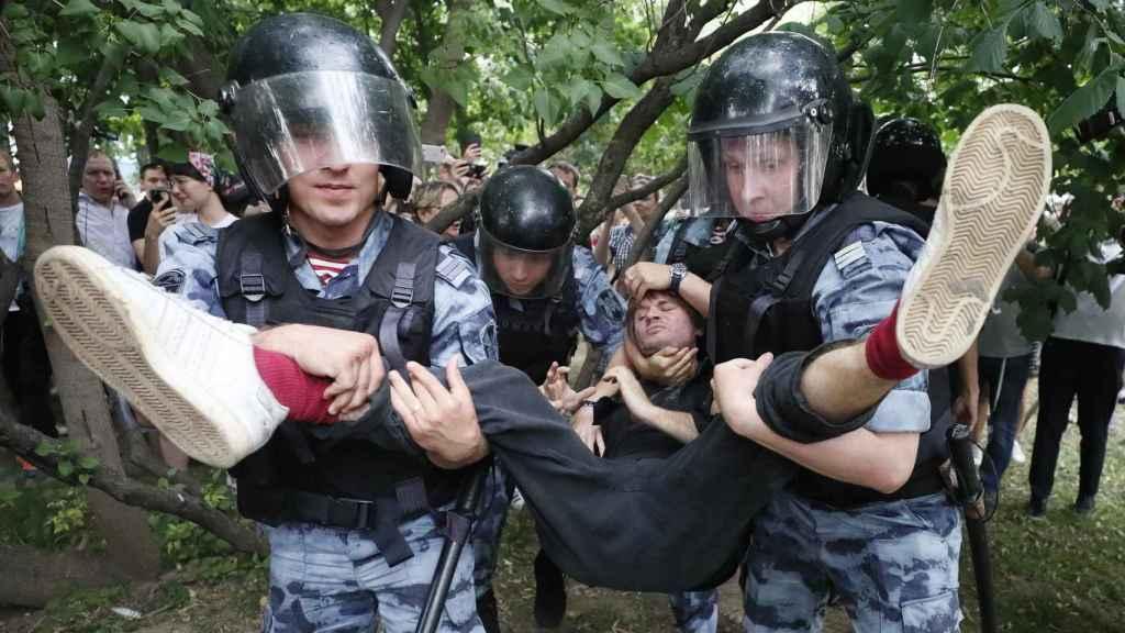 Un manifestante detenido por la Policía.