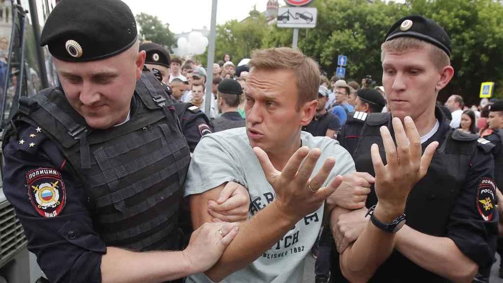 El opositor Navalny mientras era detenido por la Policía.