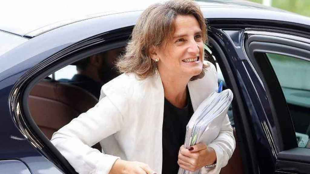 Teresa Ribera saliendo del Ford Mondeo híbrido, su coche oficial