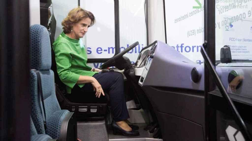 La ministra probando uno de los últimos buses menos contaminantes