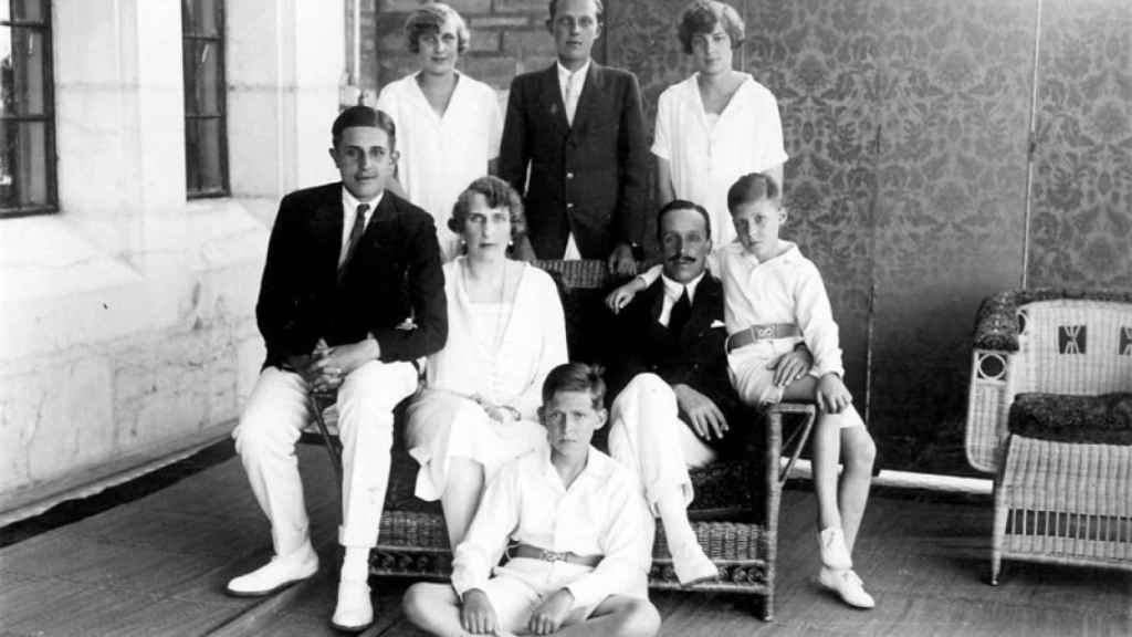 Los reyes Alfonso XIII y Victoria Eugenia con sus seis hijos