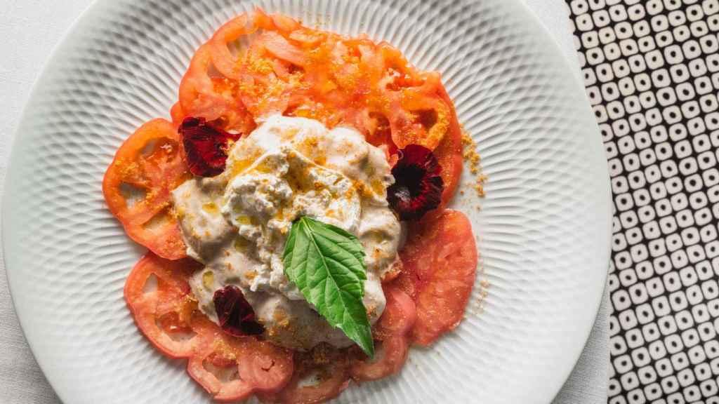 Tomate rosa con burrata de Nápoles y vinagreta garum de anchoas