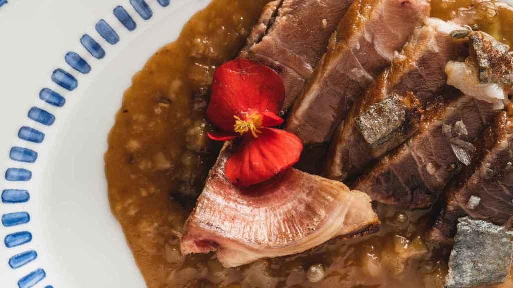 Rablé de atún rojo asado con salsa hoisin y manitas de ternera