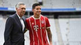 James Rodríguez, presentando una camiseta del Bayern junto a Carlo Ancelotti.