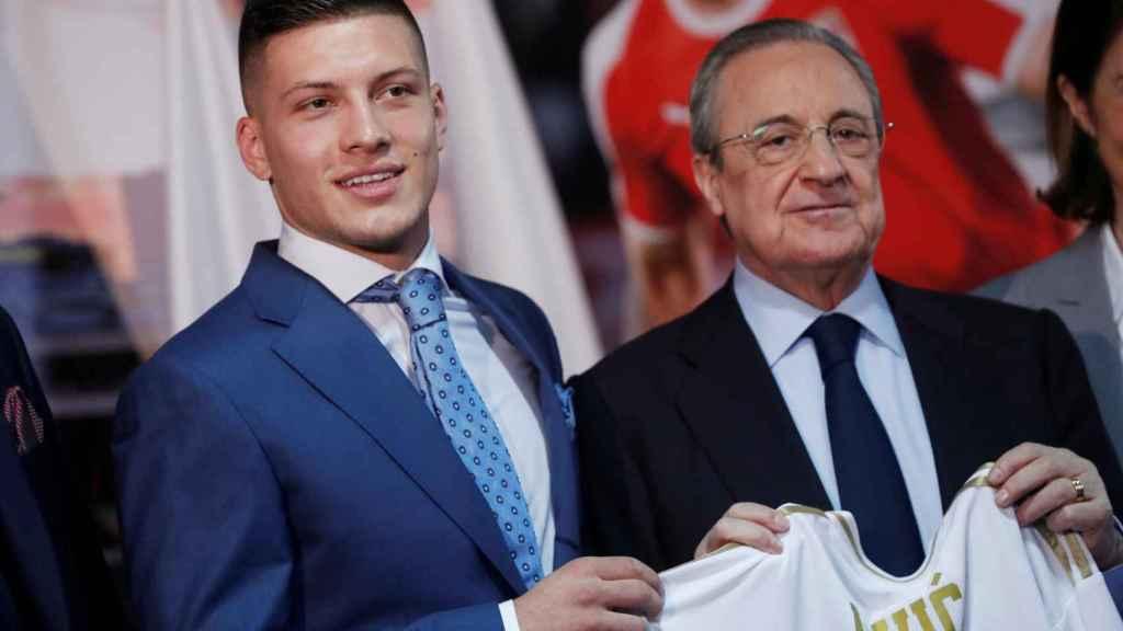 Luka Jovic posa junto a Florentino Pérez con la camiseta del Real Madrid
