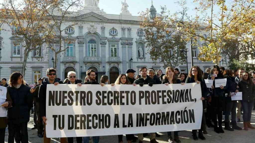 Concentración de periodistas contra la decisión del juez Florit frente al Tribunal Supremo.