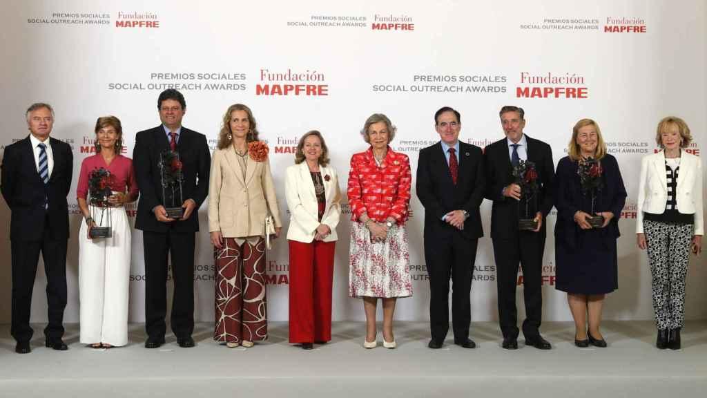 Foto de familia de la gala de entrega de los Premios Sociales de la Fundación Mapfre, presidida por la Reina Sofía.