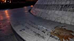El cetáceo ha aparecido con unas pintadas donde se podía leer: Hazte feminista y maltrata al varón, sea niño o hombre. Foto: EFE.