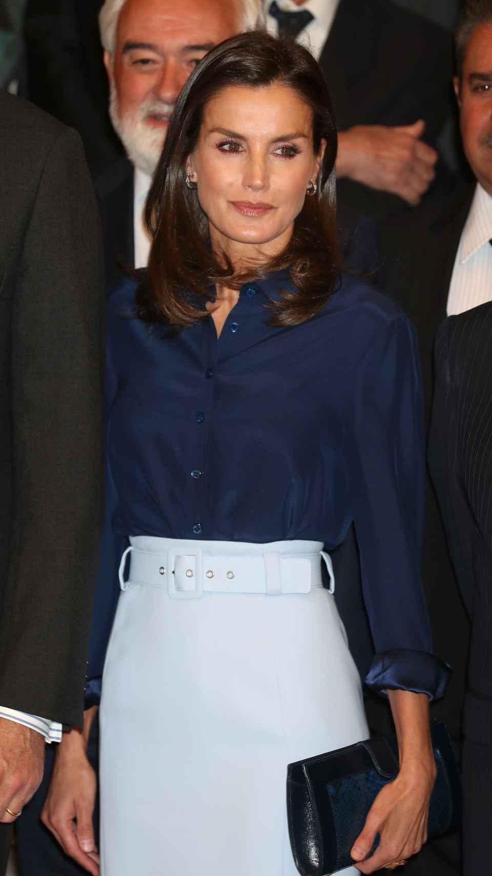 La Reina ha optado por una falda celeste de Hugo Boss.