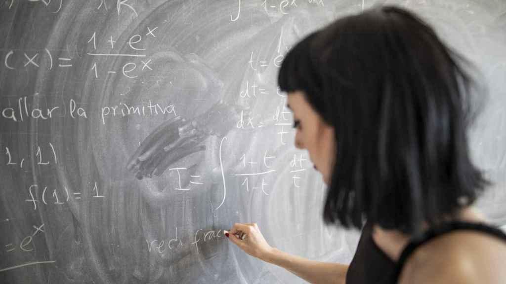 Cristina resolviendo uno de los ejercicios en la pizarra.