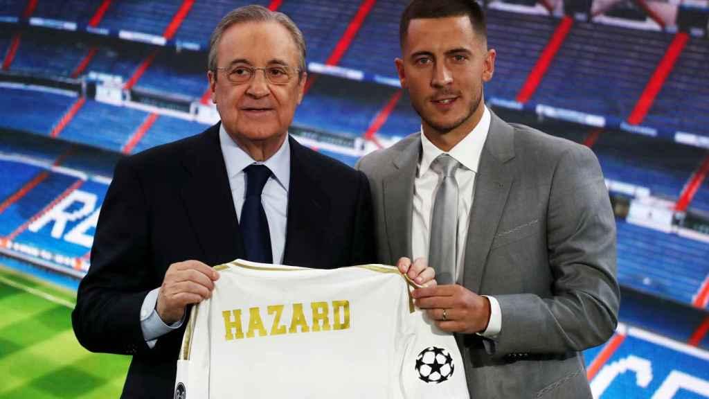 Florentino Pérez y Eden Hazard posan con la camiseta del Real Madrid