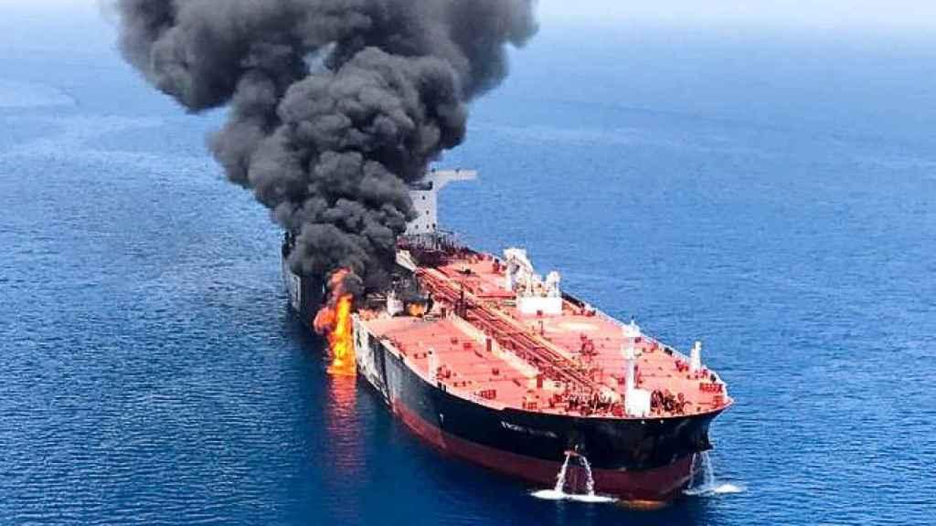 Uno de los petroleros atacados, totalmente en llamas