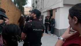 La Policía Nacional y los vecinos en la barriada de Los Rosales.