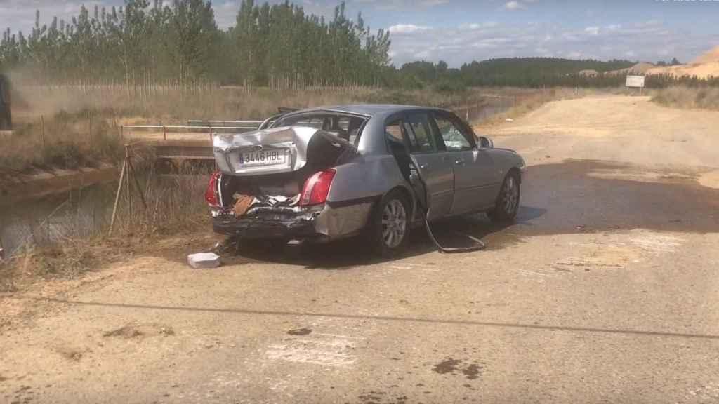El vehículo cayó al agua después de que el conductor perdiera el control. Foto: Youtube.